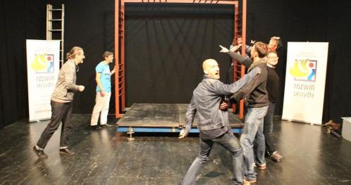 Impro-cykliczne  spotkania  z  teatrem improwizacji