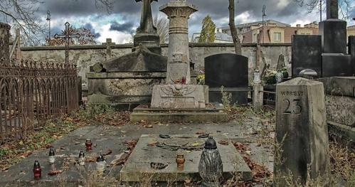 """15.06.2019 - 12:00  """"Stare Powązki - Gdy gaśnie pamięć ludzka, dalej mówią kamienie..."""" [Spacer]"""