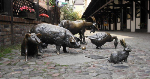Bezpłatna wycieczka rodzinna. Zwierzęta zaklęte w kamieniu i metalu.