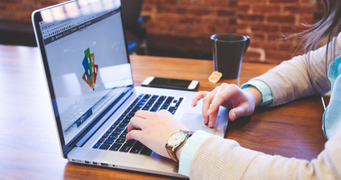 Konsultacje online: Jak wykorzystać czas spowolnienia wymuszonego przez epidemię do zbudowania swojej marki w mediach społecznościowych